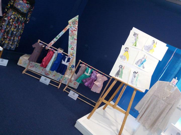 Exposición de trabajos de fin de curso de la escuela del gremio de sastres y modistas